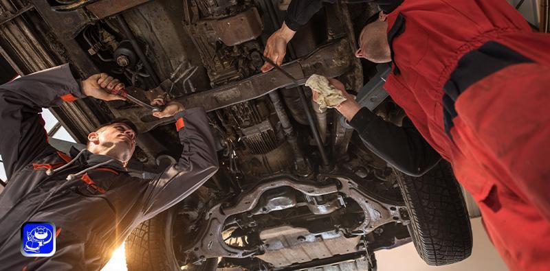 mężczyźni naprawiający samochód